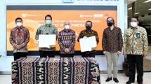 MenkopUKM Teten Masduki (tengah) seusai menyaksikan penandatanganan MoU antara Smesco Indonesia dengan PT Kimia Farma