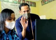 Mendikbud Nadiem Makarim bersama Siswi SMA di Papua