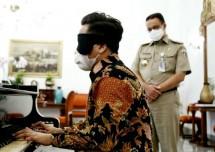 Gubernur DKI Jakarta Anies Baswedan bersama Jefery Pianis Muda