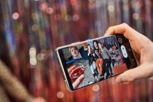 Samsung Galaxy S21 Ultra 5G memberikan kebebasan yang lebih kepada pengguna untuk merekam konten-konten video mereka. Dengan fitur baru Director's View, pengguna memiliki kendali ketika merekam video, layaknya seorang sutradara ketika melakukan shooting film. (Foto: Humas PT Samsung Electronics Indonesia)