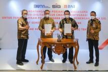 Direktur Utama SIG, Hendi Prio Santoso (kedua dari kanan), Direktur Utama BNI, Royke Tumilaar (kedua dari kiri), Direktur Keuangan & Manajemen Risiko SIG, Doddy Sulasmono Diniawan (paling kiri), Direktur Bisnis UMKM BNI, Muhammad Iqbal (paling kanan) usai penandatanganan Perjanjian Kerja Sama.