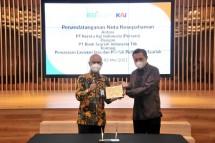 Wakil Direktur Utama 1 Bank Syariah Indonesia, Ngatari (kiri); dan Direktur Keuangan PT Kereta Api Indonesia (Persero), Salusra Wijaya (kanan) dalam Penandatanganan Nota Kesepahaman antara BSI dan KAI