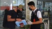 Petugas Bandara memeriksa kelengkapan dokumen calon penumpang