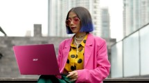 Seorang model sedang menggunakan laptop Acer